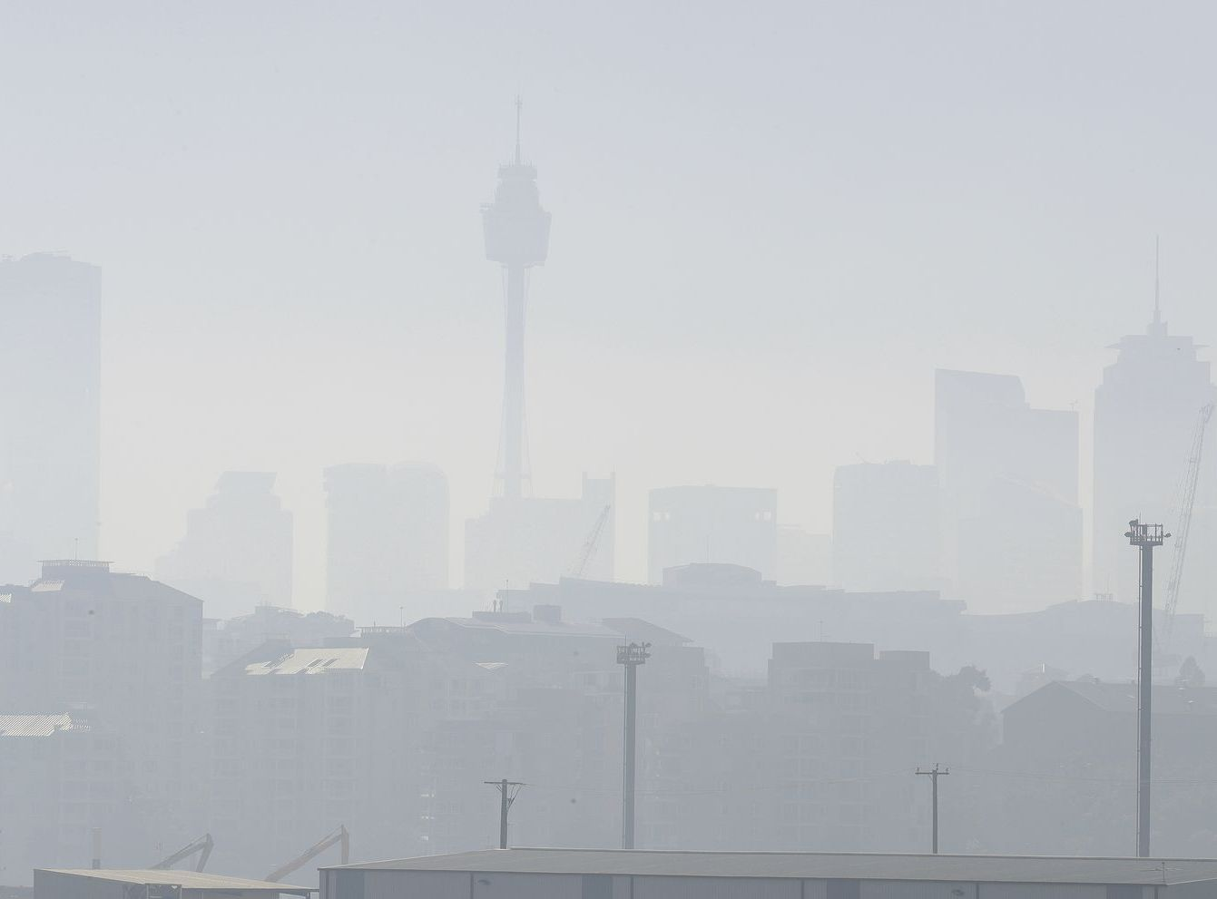 山火產生的大量濃煙嚴重影響空氣質素。AP