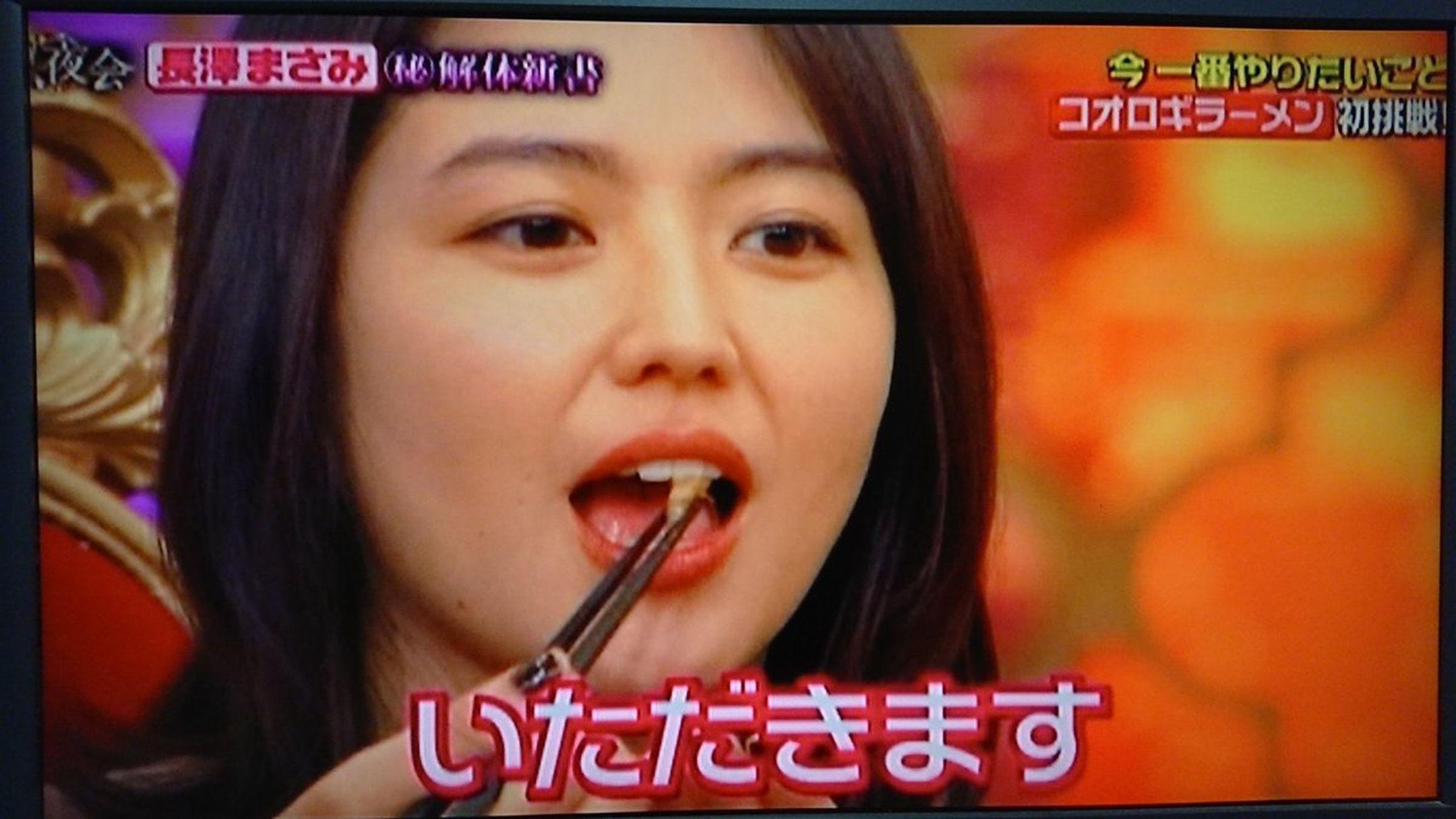長澤毫不猶豫地一口吃掉一隻蟋蟀。
