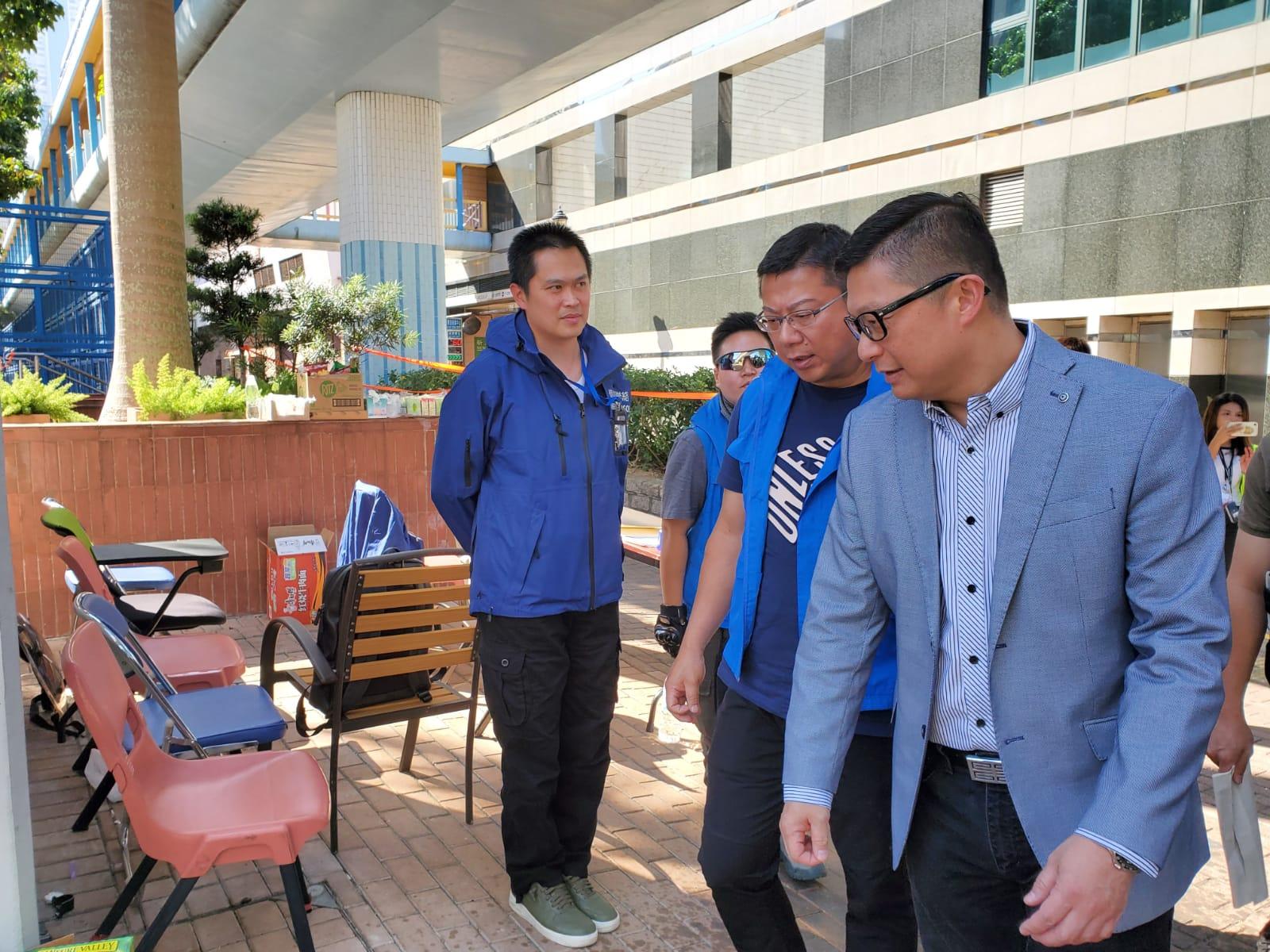 鄧炳強今日中午到理大出入口登記區巡視。