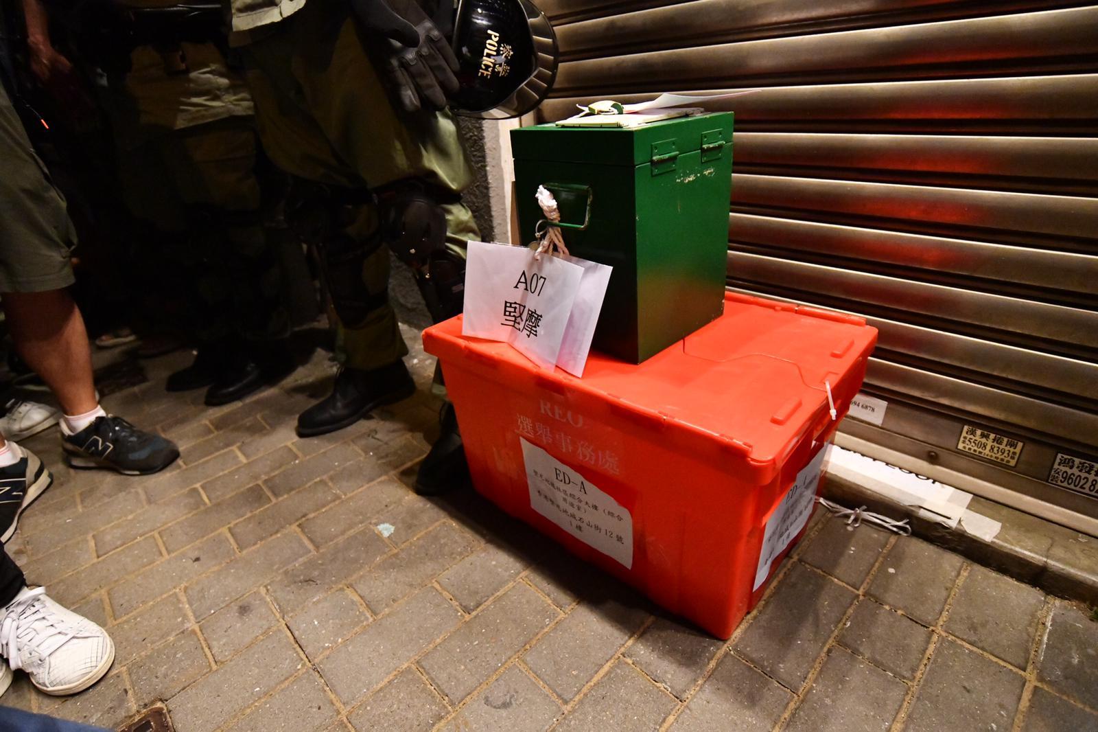 防暴警察看守票箱。