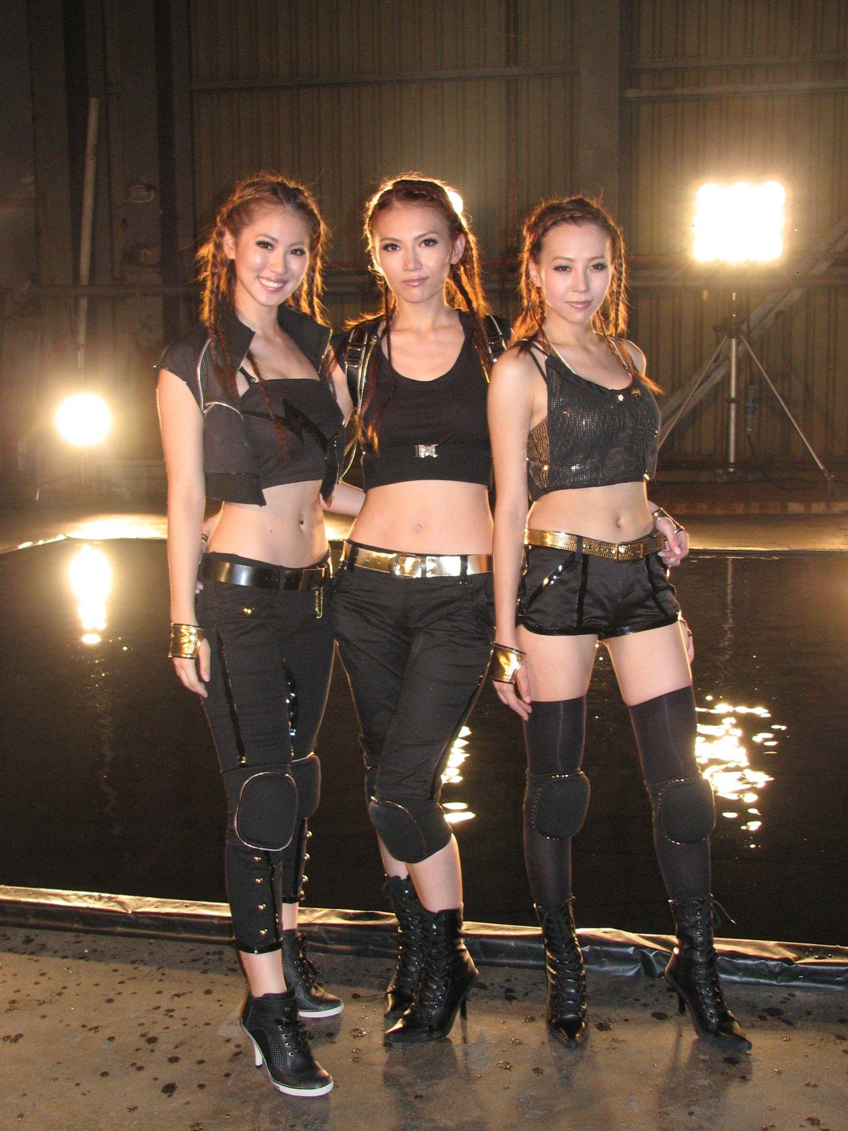 07年,Alley跟甄穎珊和石詠莉組成Freeze入行。