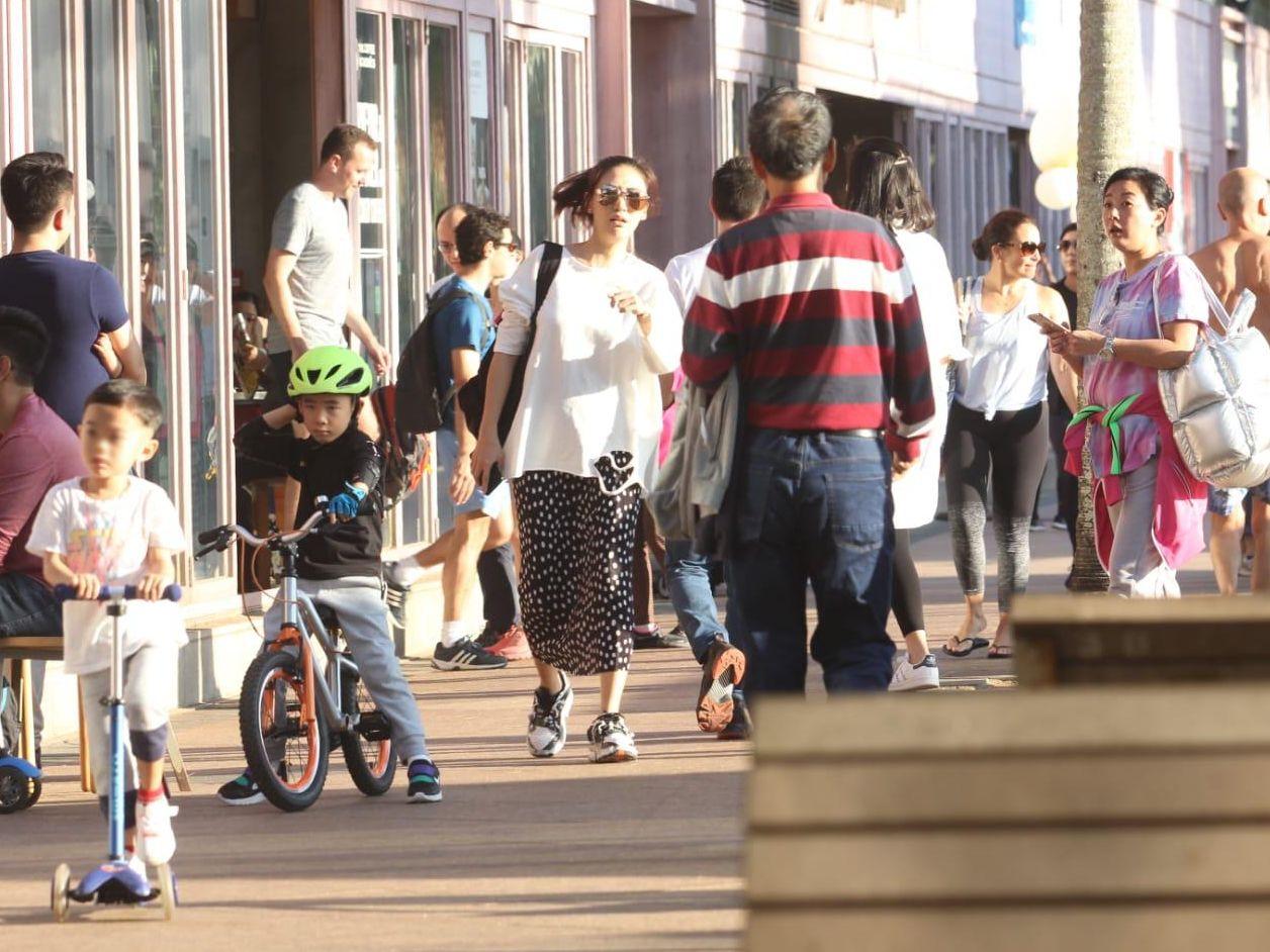 謝天華囝囝踩踏板車,Jasper踩單車,兩個媽媽隨後跟到實。