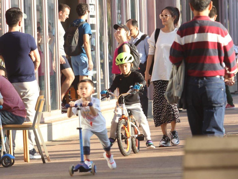 謝天華仔仔踩踏板車,Jasper踩單車。