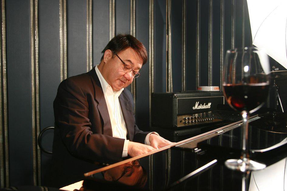 黎小田生於音樂世家。