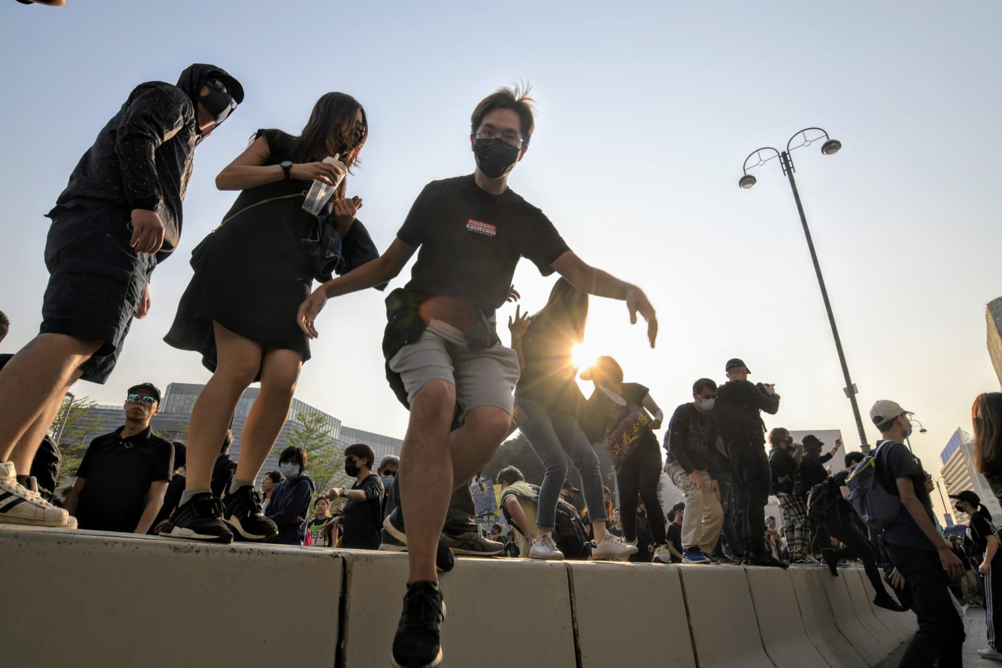 【修例風波】遊行人士佔據彌敦道梳士巴利道 防暴警舉藍旗噴胡椒驅散
