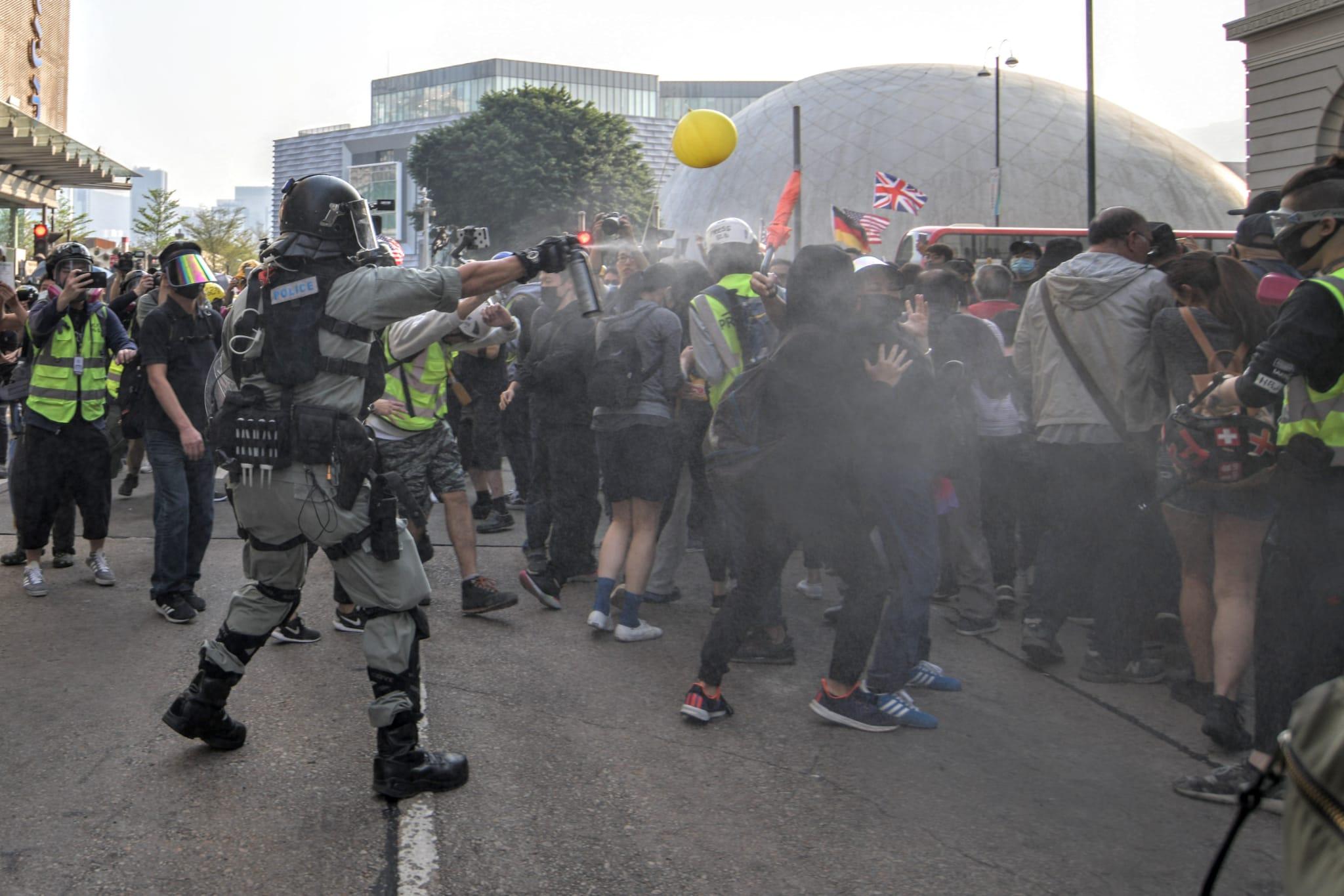 防暴警察噴射胡椒噴霧驅散人群