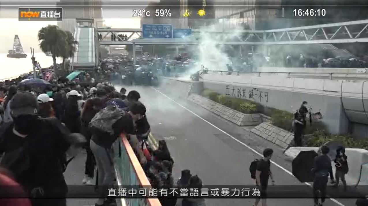 防暴警察發射催淚彈。NOW新聞截圖
