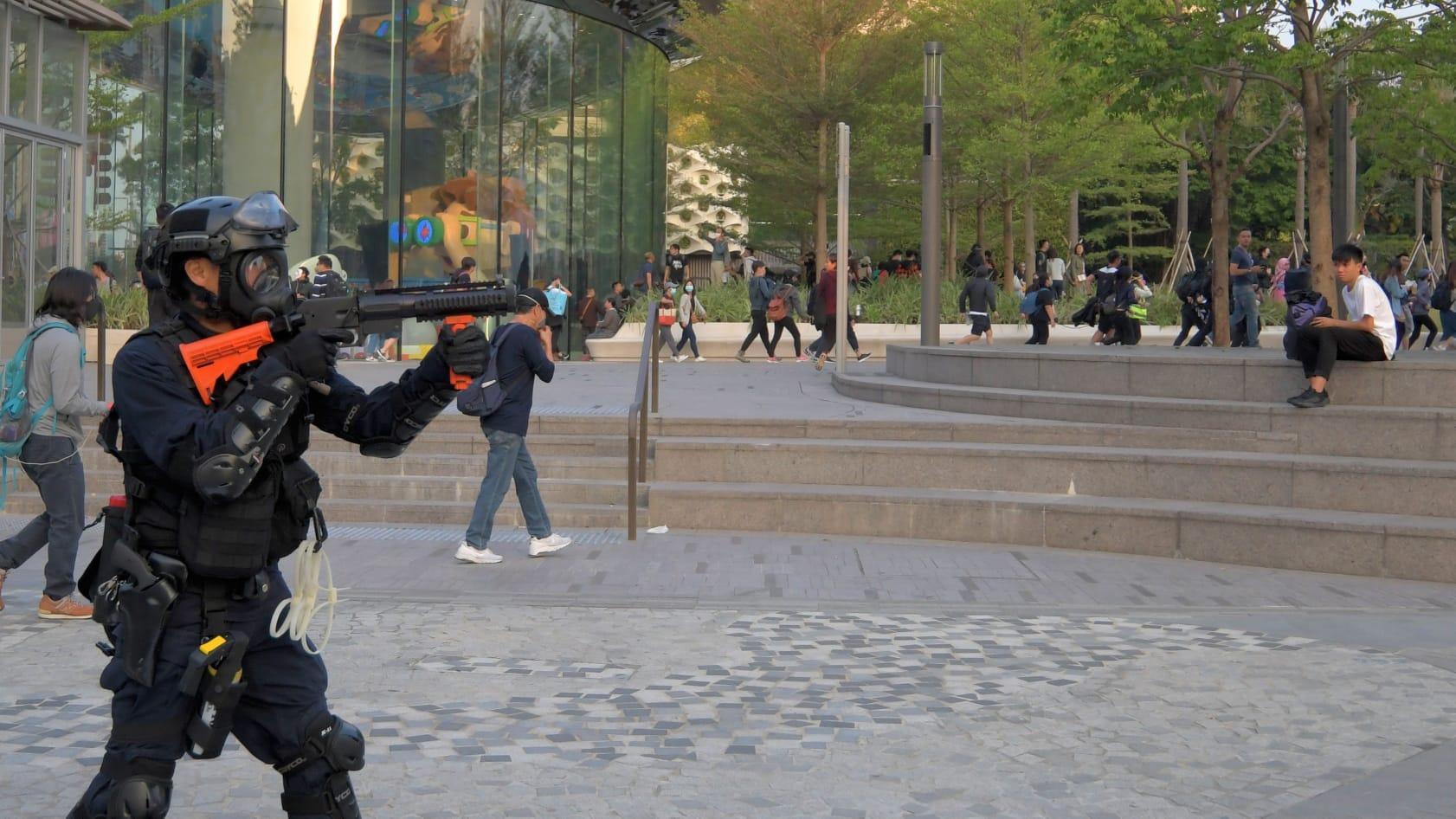 警員驅散示威者