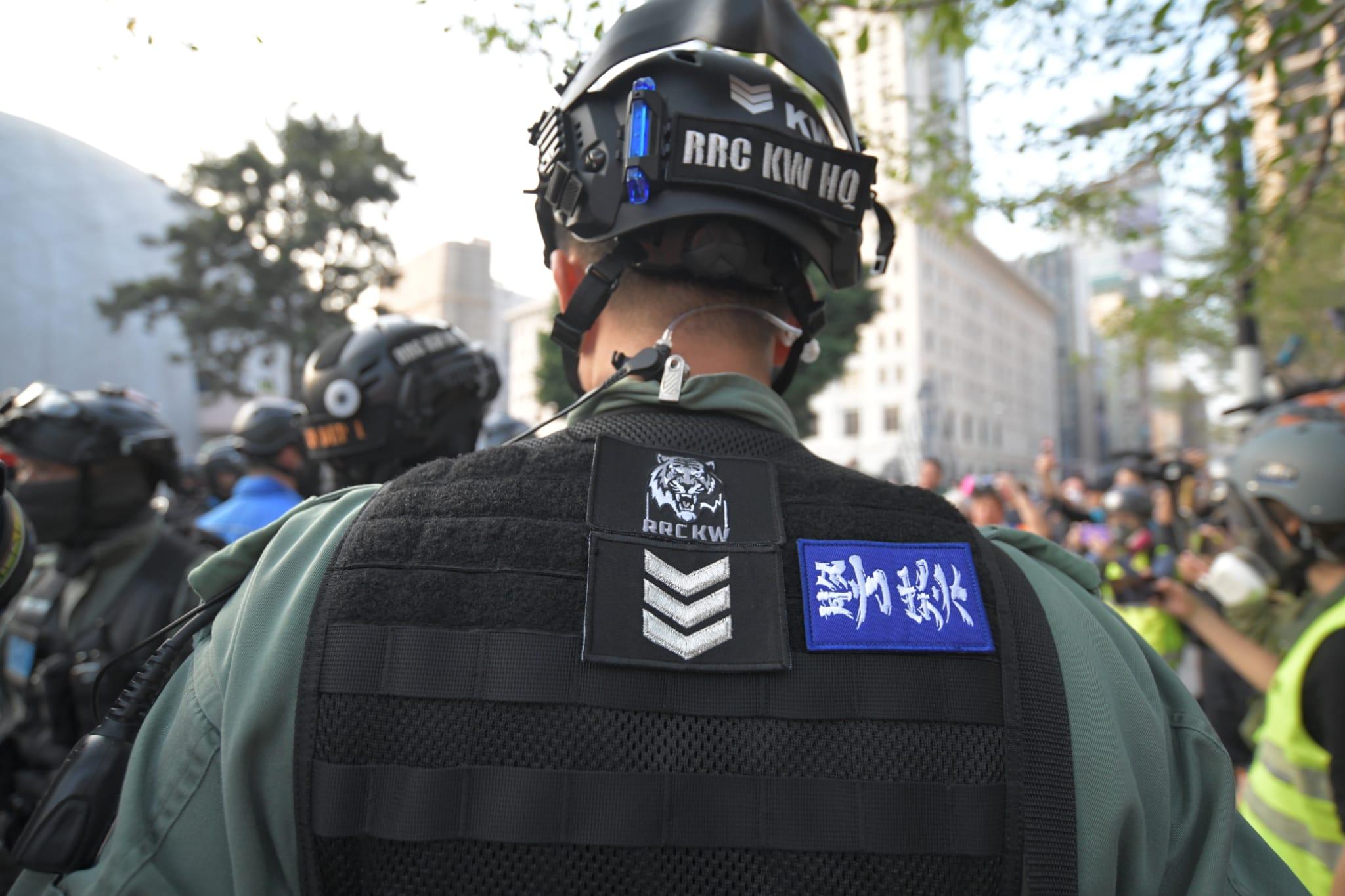防暴警背心貼「警察勁揪」。