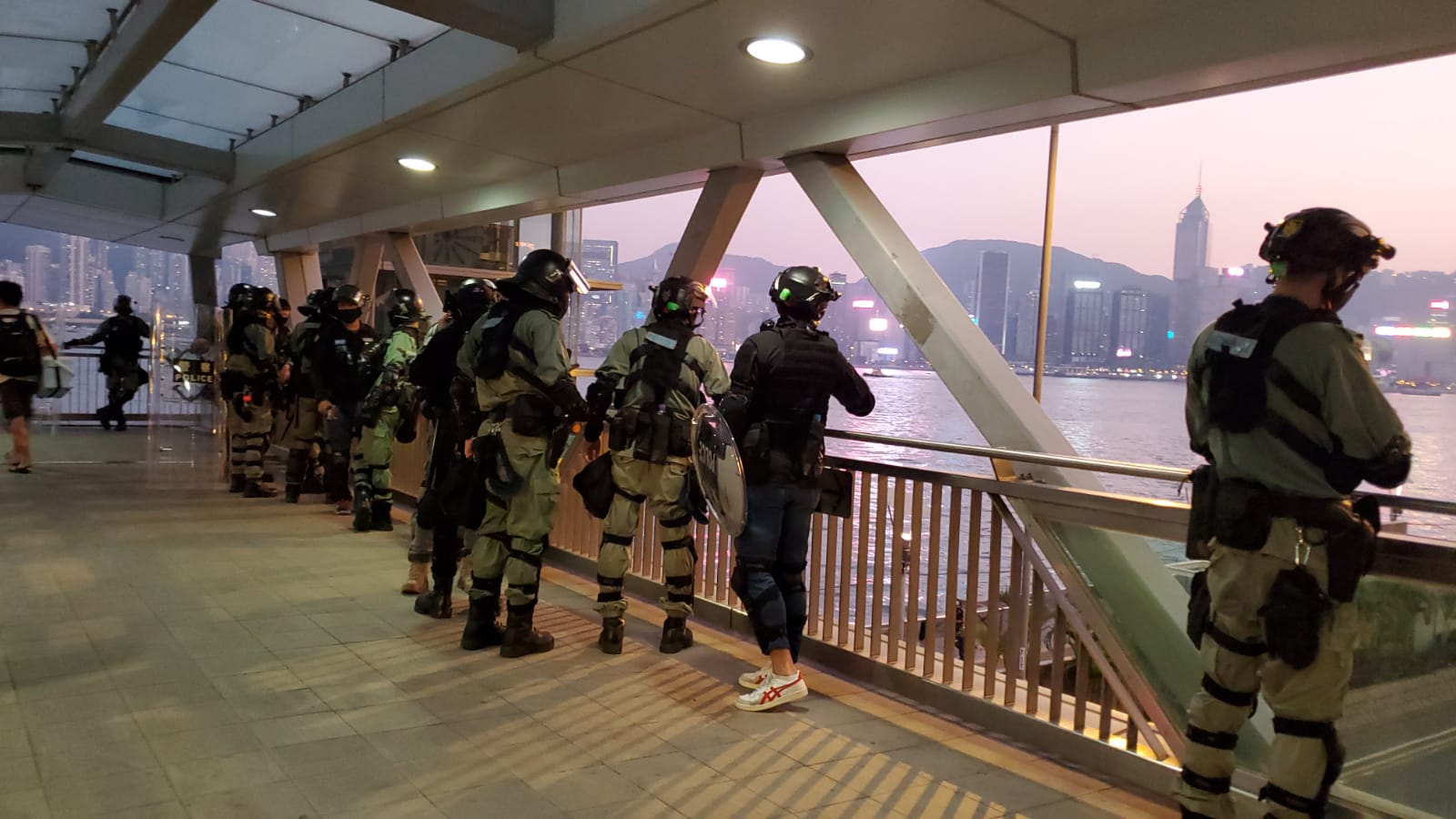 有防暴警察在梳士巴利道戒備。