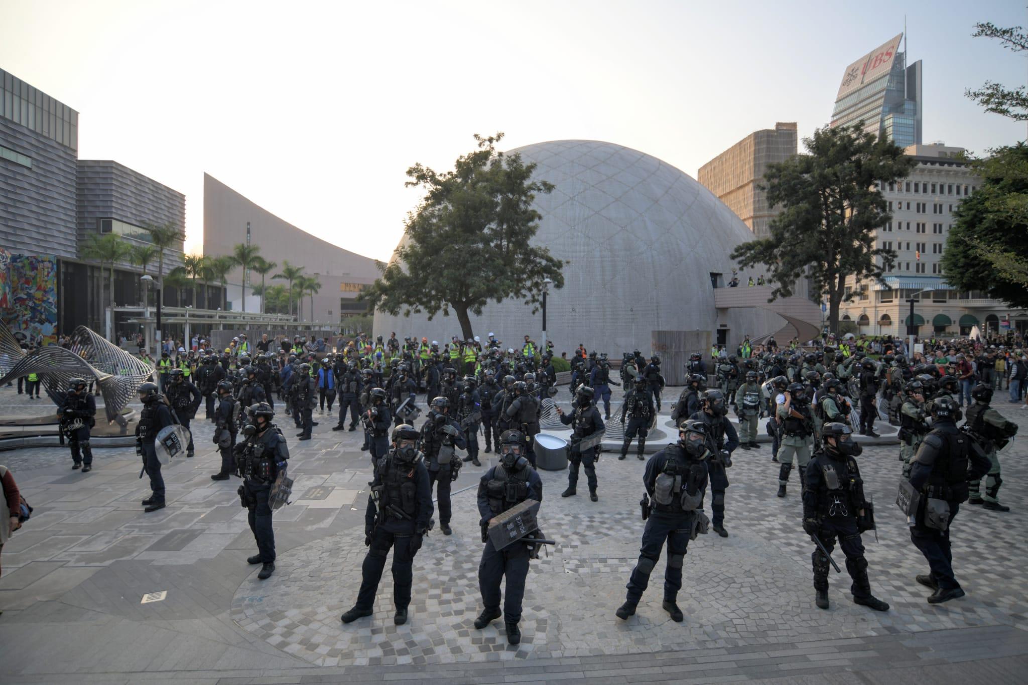有防暴警察在太空館對開戒備。