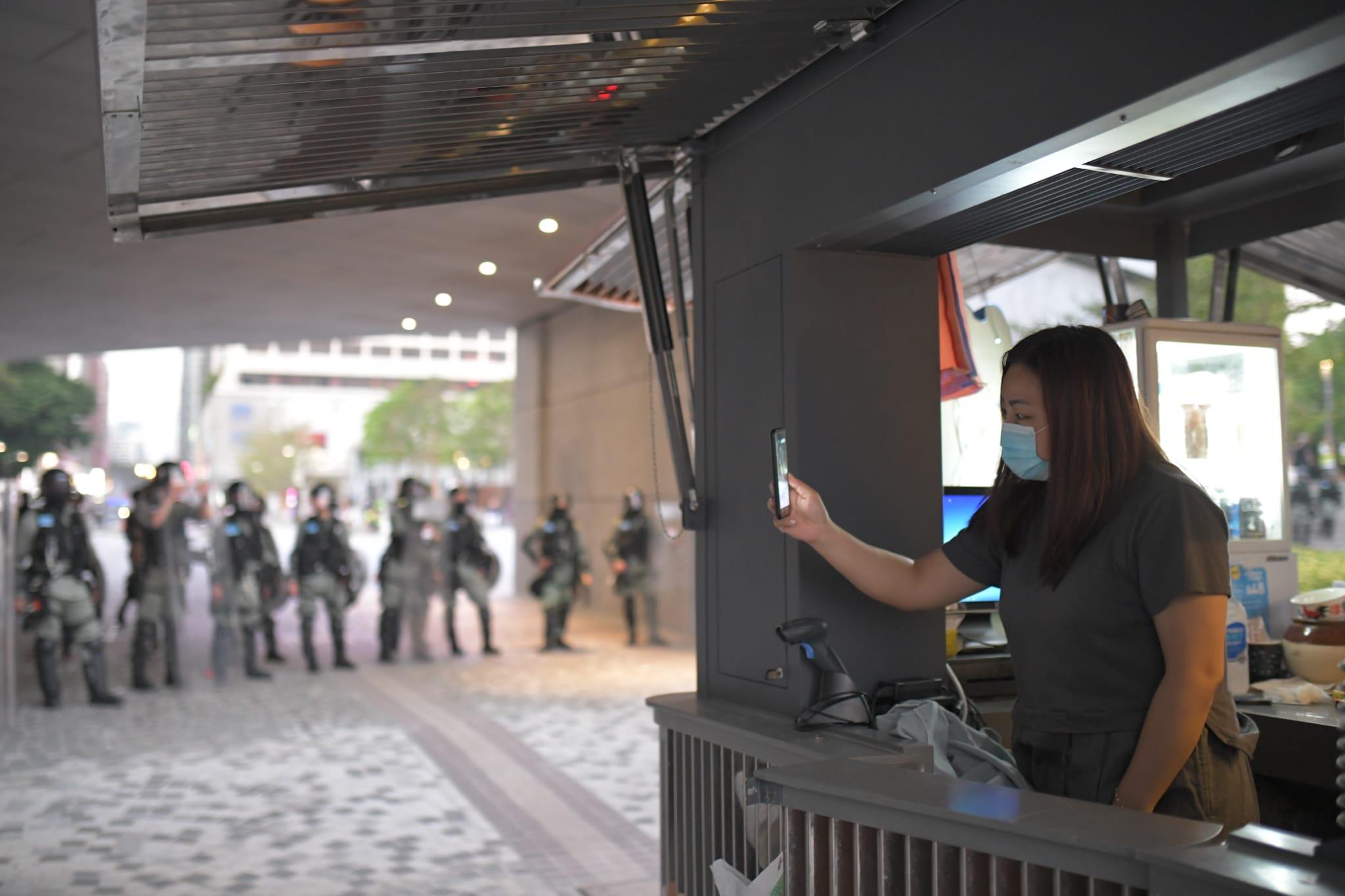 防暴警察在尖沙嘴海旁搜截示威者