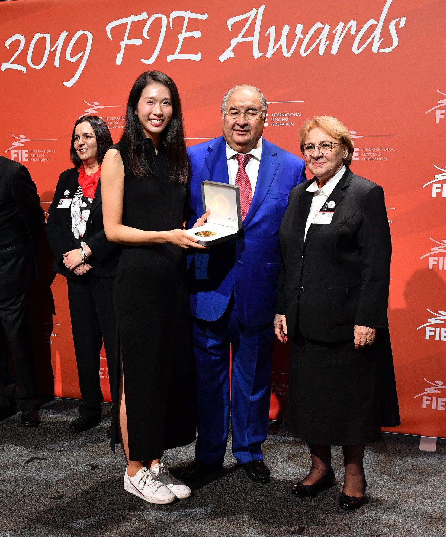 江旻憓(左)獲國際劍聯頒發年終第一的獎牌。國際劍聯(FIE) facebook圖片