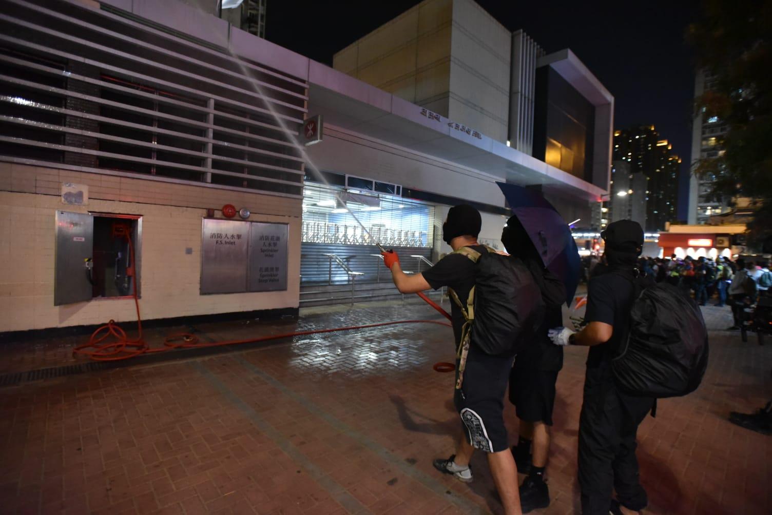示威者破壞港鐵站