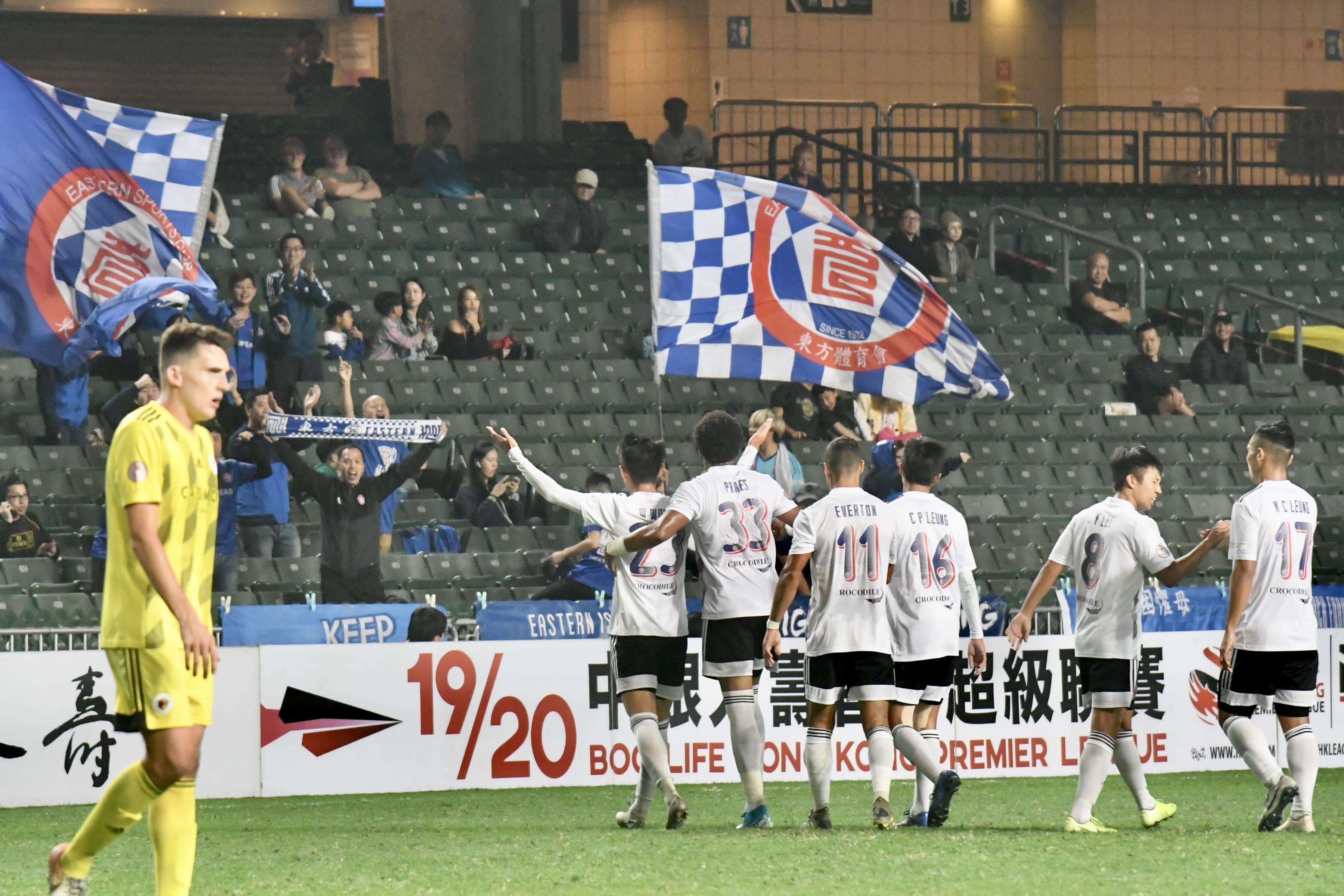 東方球迷揮大旗慶祝勝利。梁柏琛攝