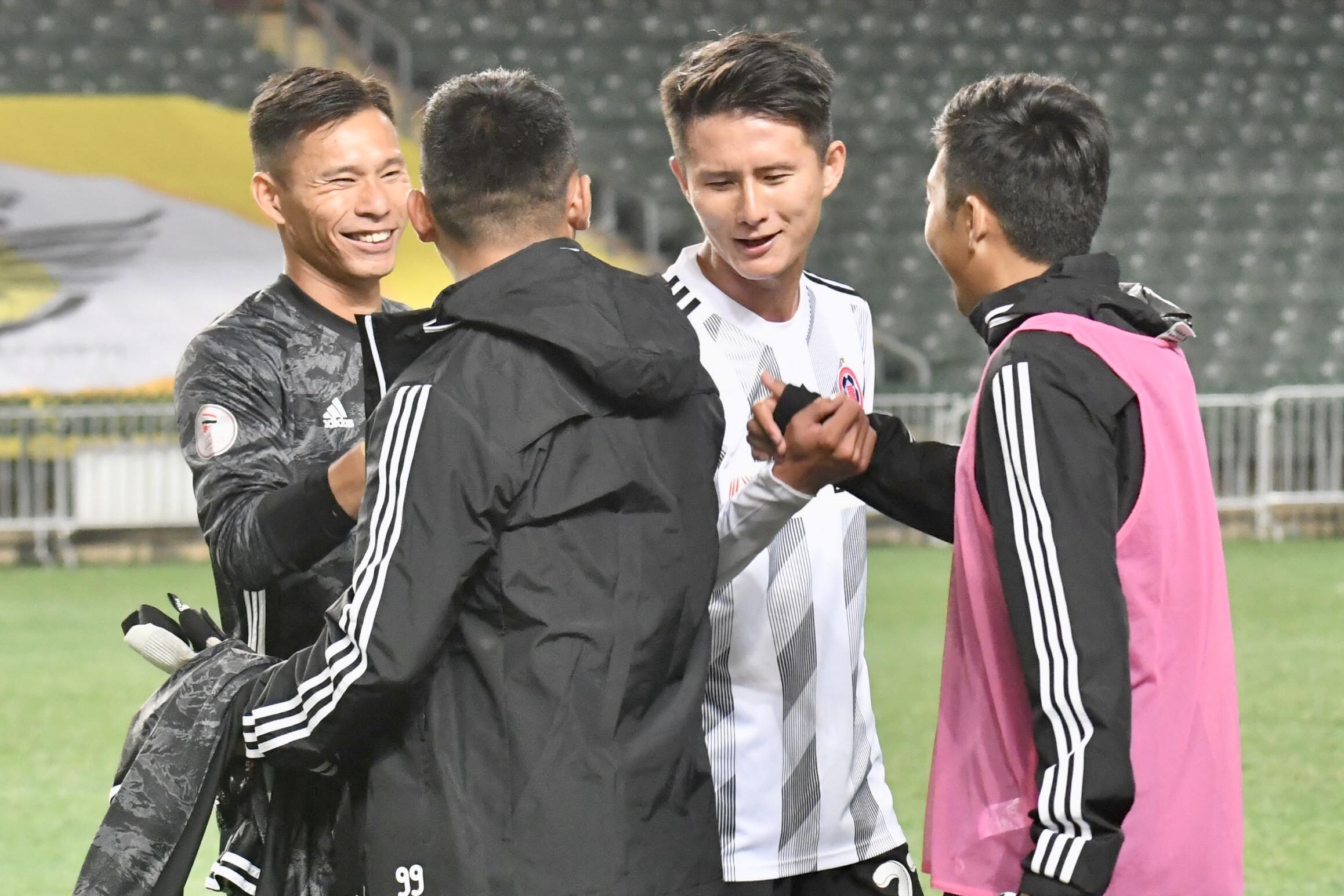 黃威(右二)期望好表現能獲港足主帥麥柏倫重新注意。梁柏琛攝