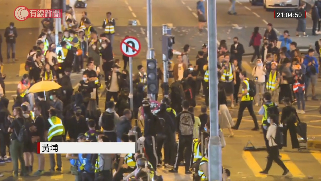 有示威者拆毀交通燈設施。有綫新聞截圖