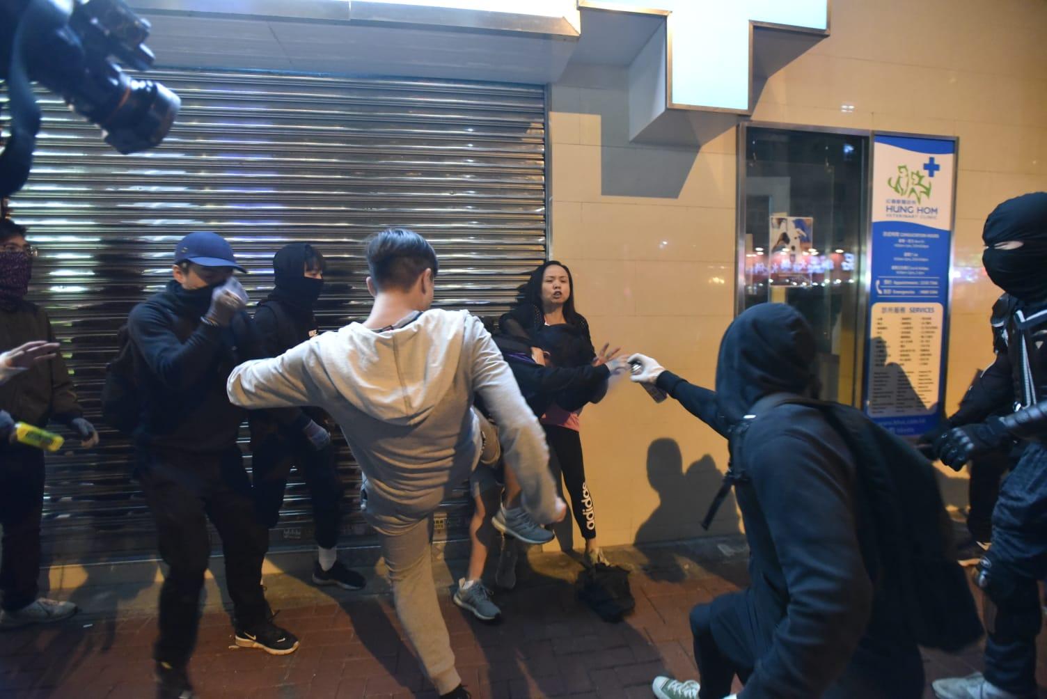 男子被示威者拳打腳踢