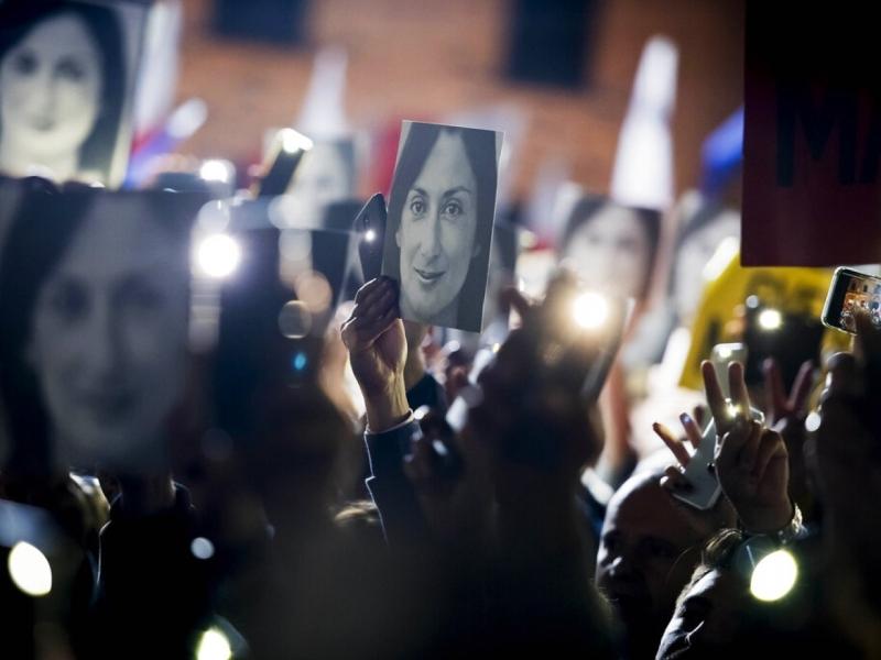 民眾舉起加利齊亞的相片,要求徹查她的死。AP