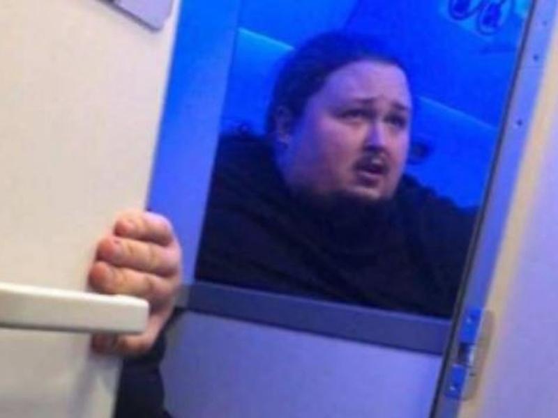 俄籍鋼琴家受困機艙厠所馬桶,崩潰的對外呼救。(網圖)