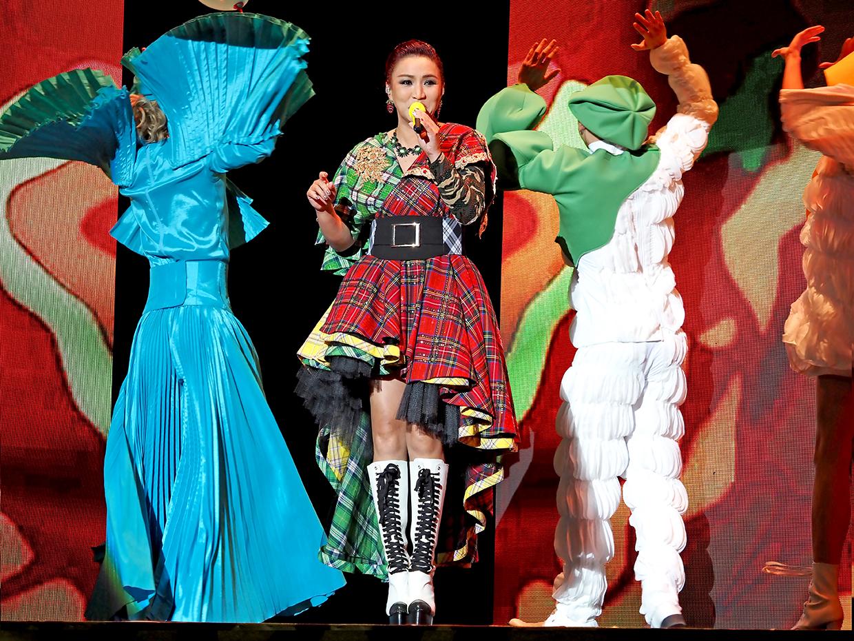 黎瑞恩刻意要全部演唱會衣服都要五顏六色。