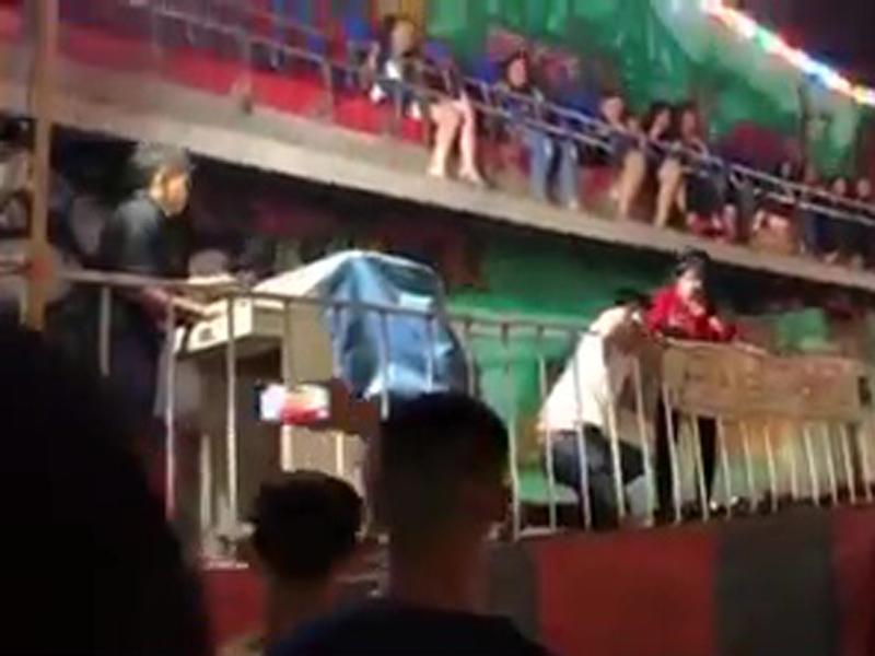 泰國遊樂場有6名乘客被機動遊戲設備空中拋飛跌落地面。(網圖)