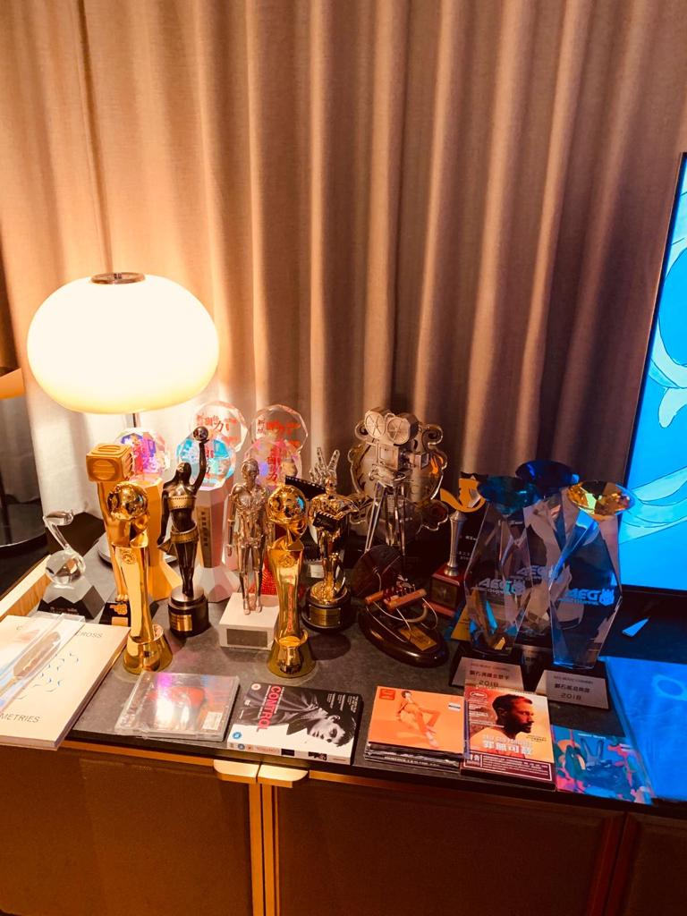陳子聰一回家就將獎座放好在老婆的梳妝台上。