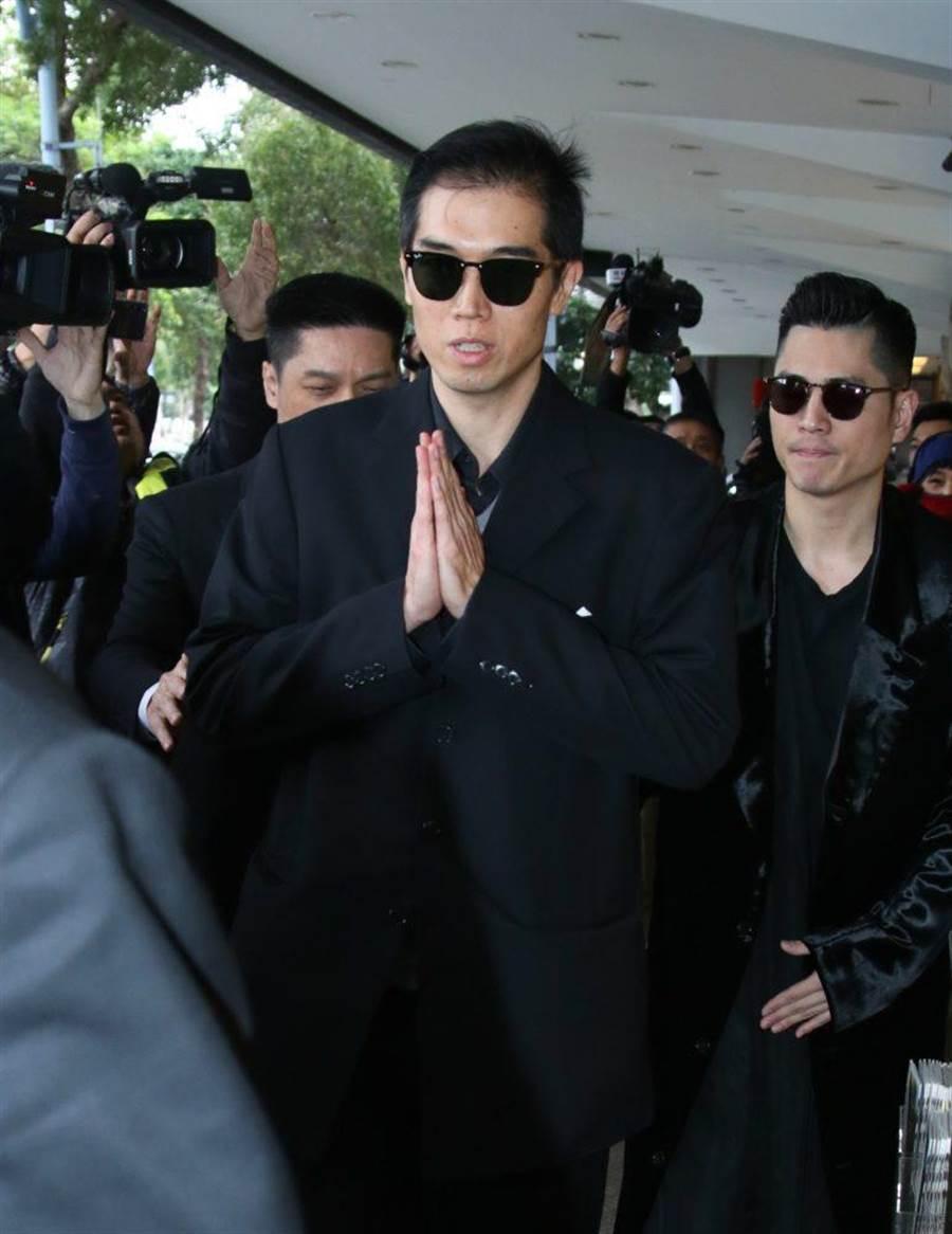 高以翔大哥離開靈堂到機場接弟弟回家。
