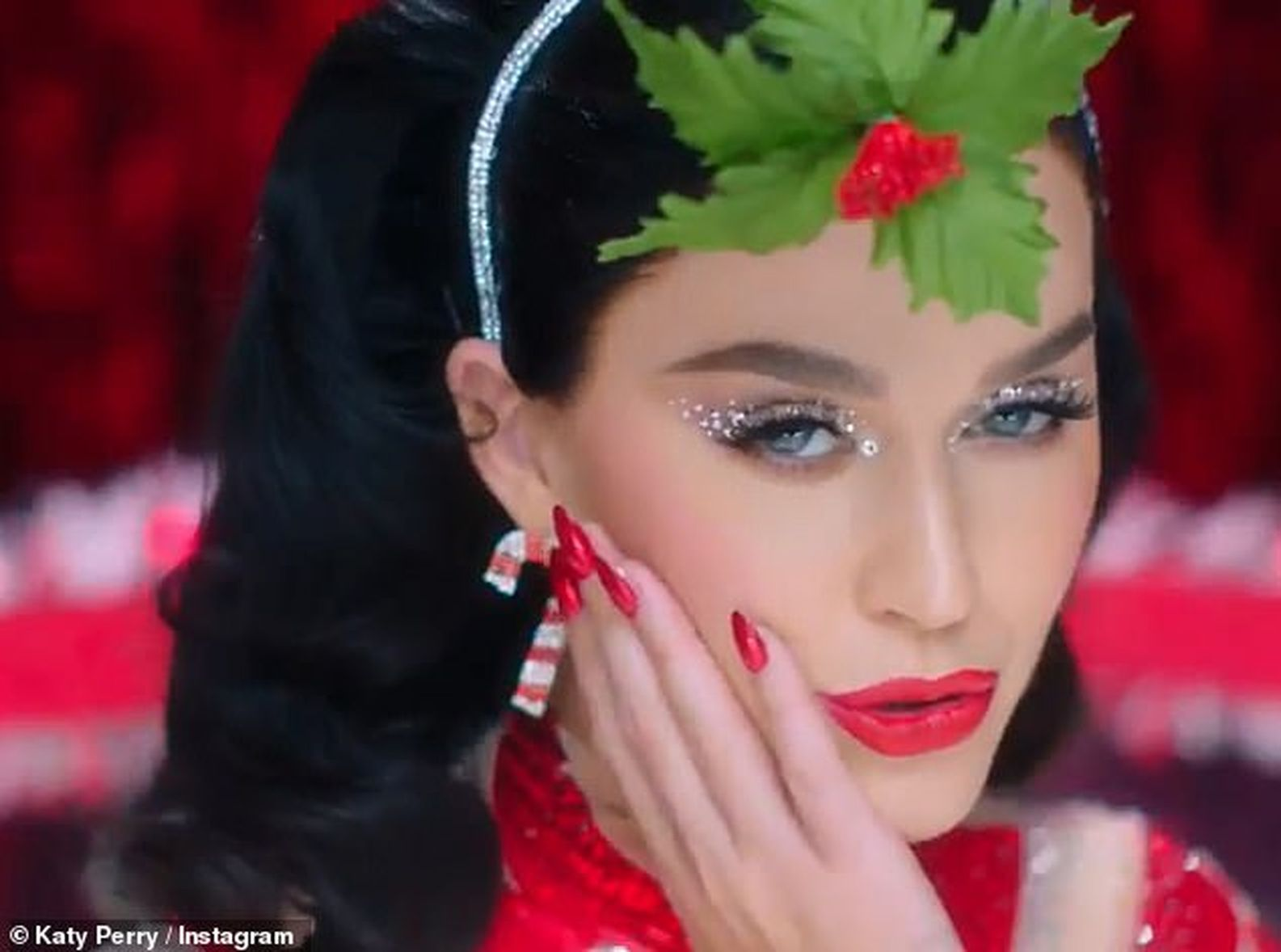 Katy將聖誕掛飾掛在頭髮上。