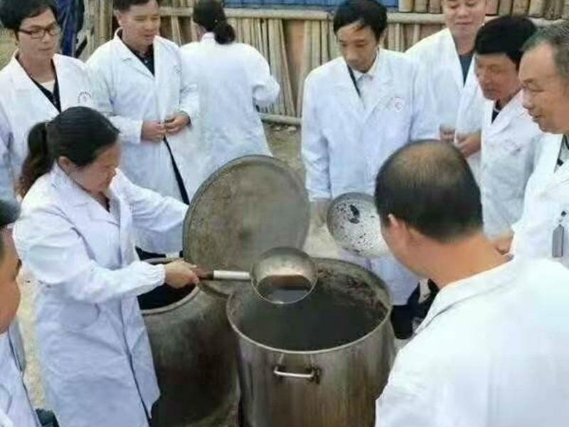 廣西賓陽縣醫生現場熬製「長生液」。網圖