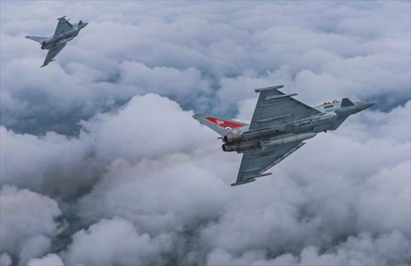 兩架皇家空軍颱風戰鬥機,以超音速飛行,嚇驚倫敦居民。(資料圖片)