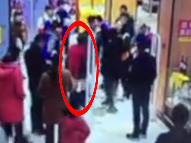 警報響了,超市工作人員懷疑一名老婦盜竊,拿言語刺激迫老婦除褲檢查以證清白。(網圖)