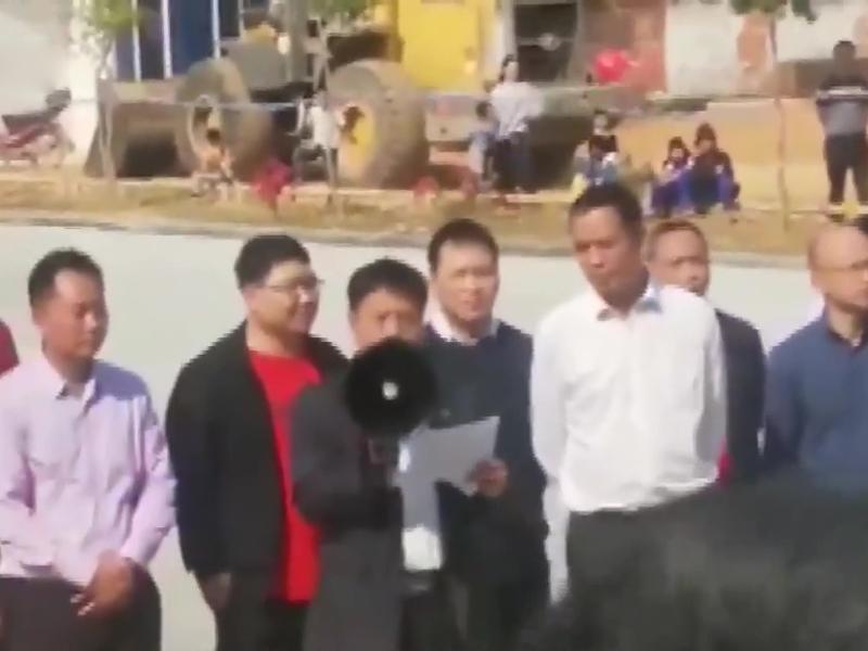文樓鎮黨委書記李偉華對住示威者說:「人文生態園(火葬場)是不會、永遠都不會在文樓建設。」(網圖)
