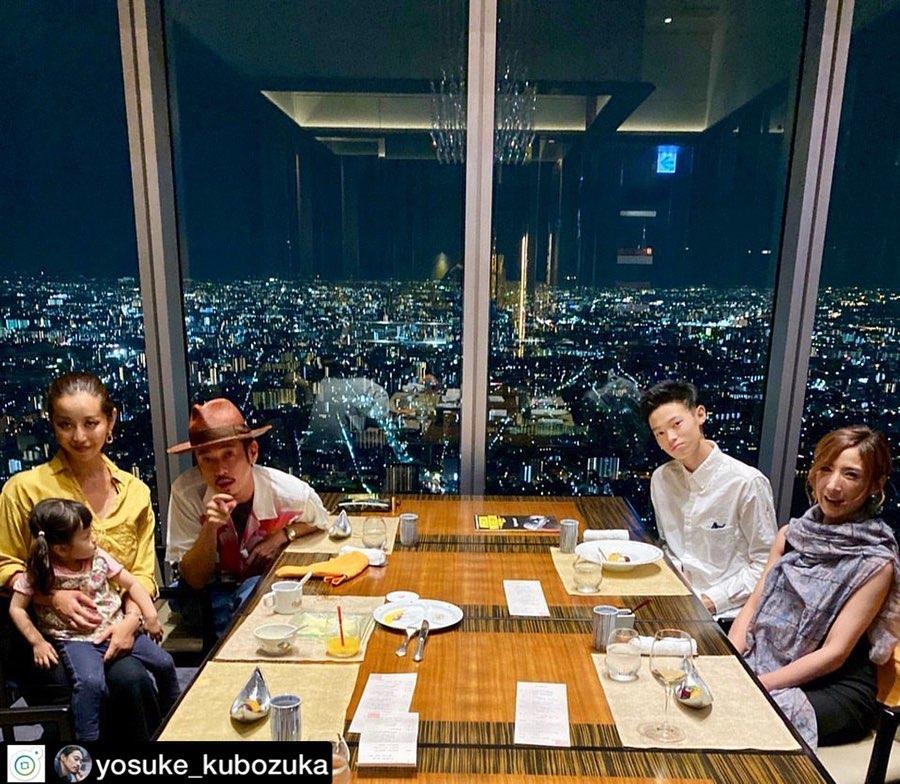 窪塚同前妻(右一)關係良好,現任老婆同前妻亦會飯聚。