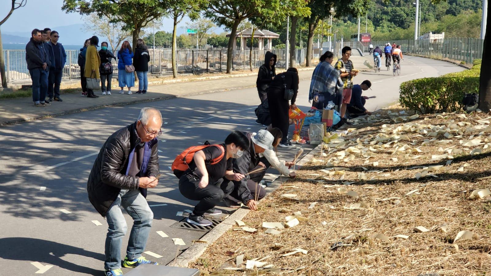 死者的家人及親友進行路祭。