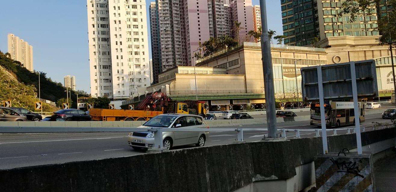 龍翔道交通意外,多車相撞。香港交通突發報料區FB/網民Angus Ko Fai圖