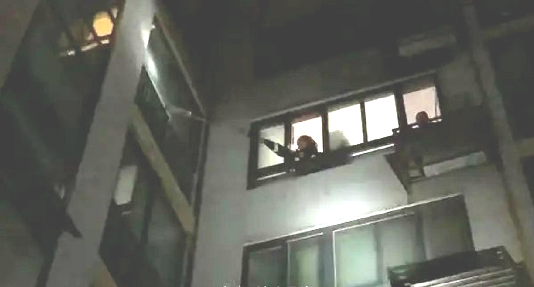 消防打爆玻璃窗。網上圖片