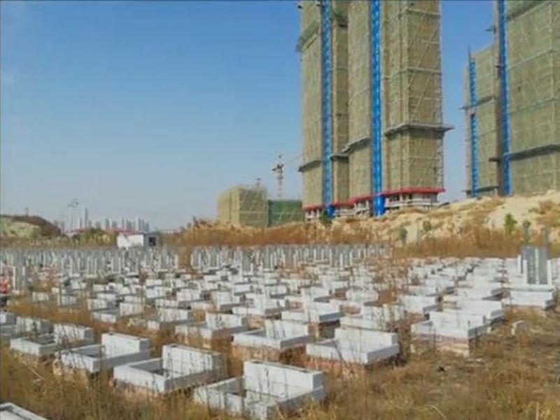 江西南昌新旅明樾灣樓盤,自稱「濕地公園」 ,周圍卻儘是墓地。(網圖)