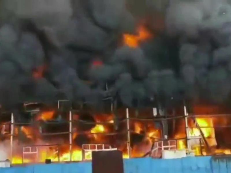 河南新鄉超能電池廠起火,黑煙滾滾。(網圖)