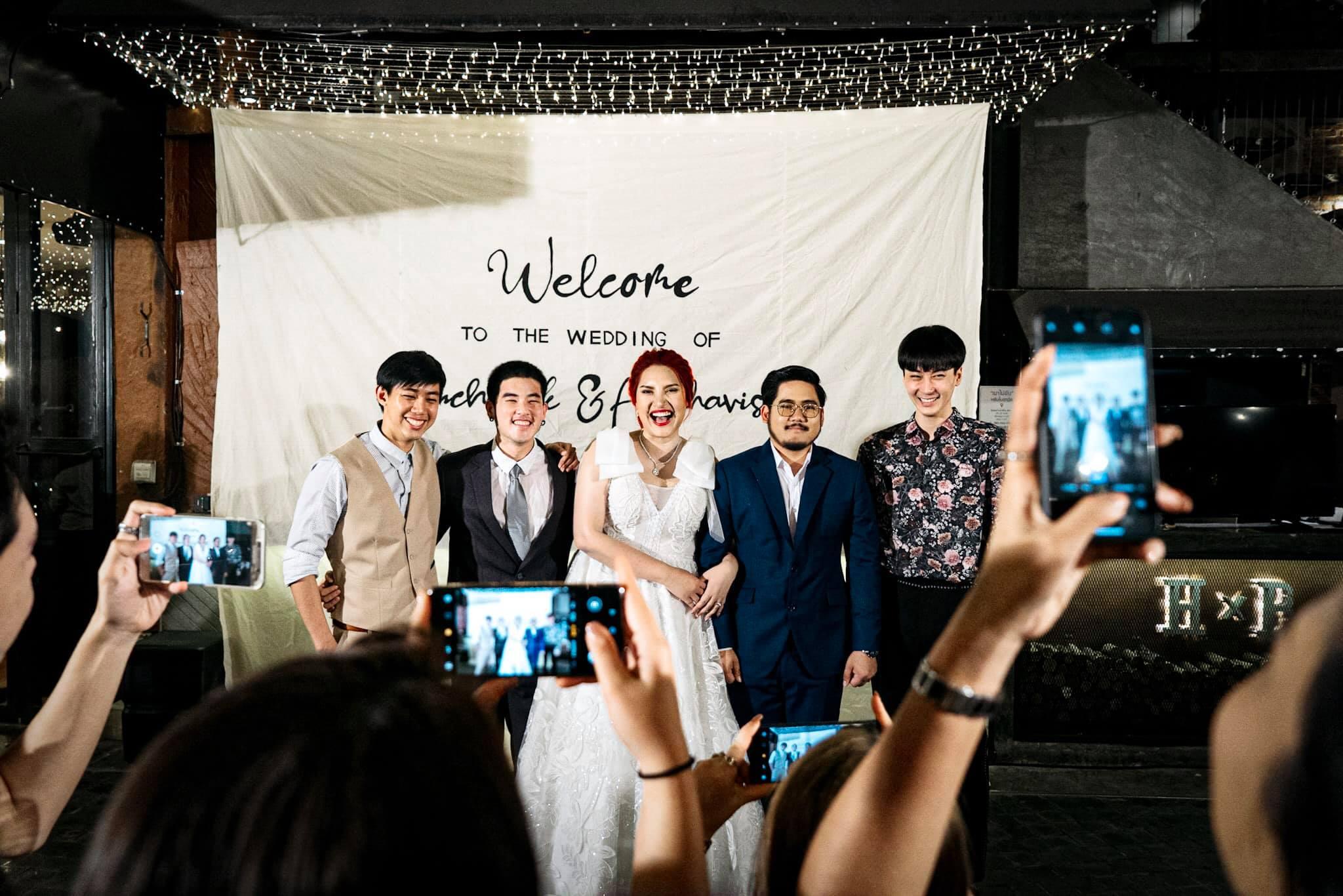 新娘邀3位前男友婚禮上大合照。網上圖片