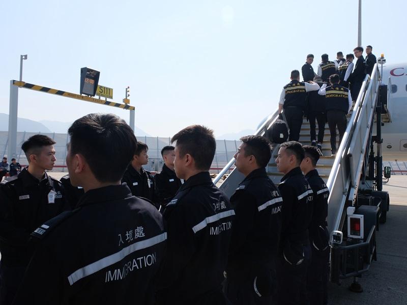 30名越南籍非法入境者今被遣返越南河內。入境處圖