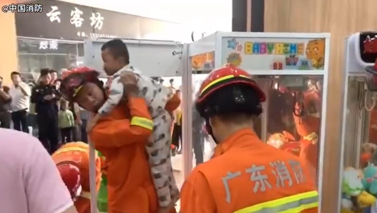 男童最後由消防員救出。網上圖片