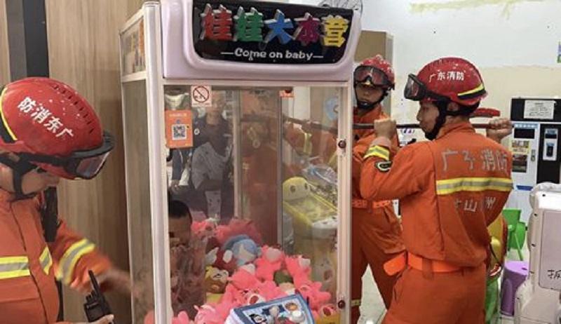 7歲男童被困夾公仔機器。網上圖片