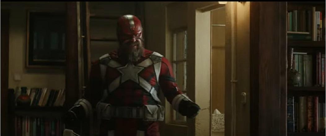 David Harbour在片中穿上紅色盔甲。