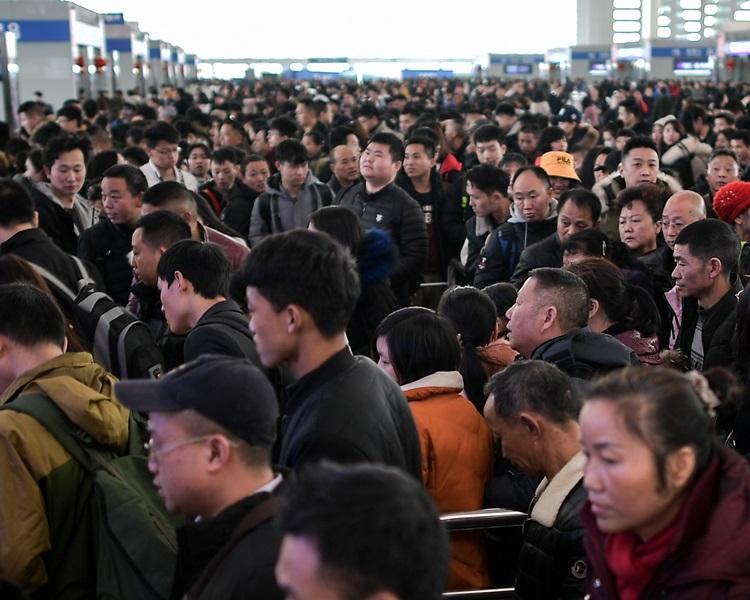 去年春運多個車站都人山人海。新華社圖片