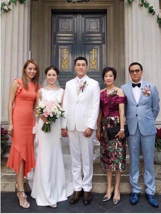 陳逸璇胞弟(中)於今年10月結婚,未知她幾時搵到個好歸宿呢?