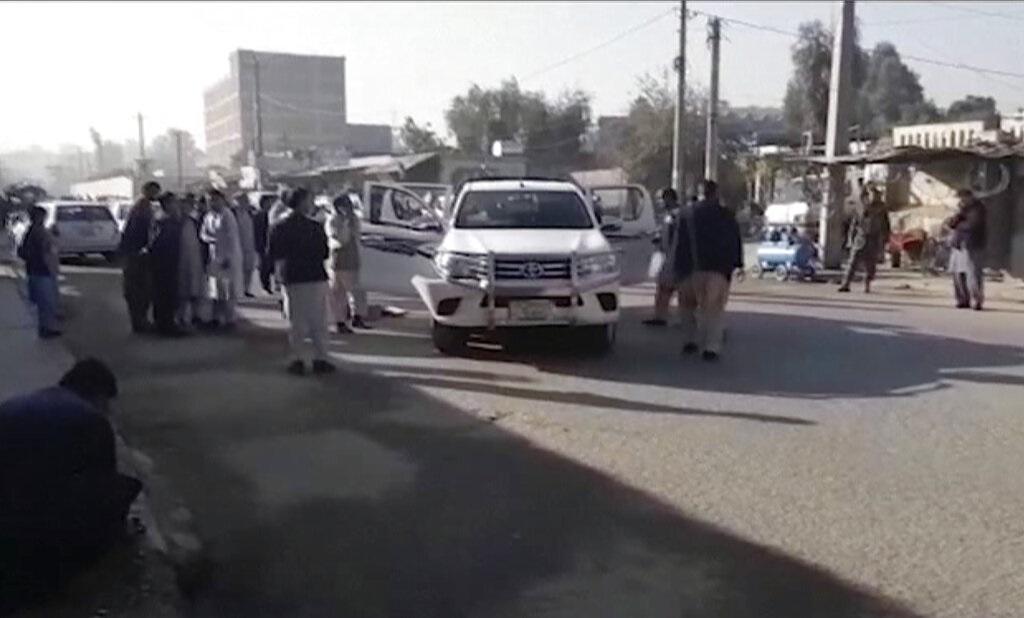 民众清理车队遇袭击现场。图片