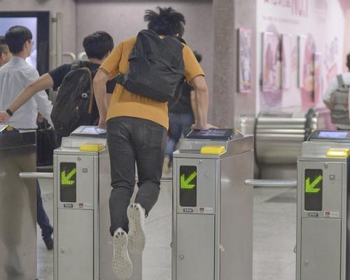 涉九龍塘站跳閘拒出示身分證被控2罪 城大生獲撤阻差罪