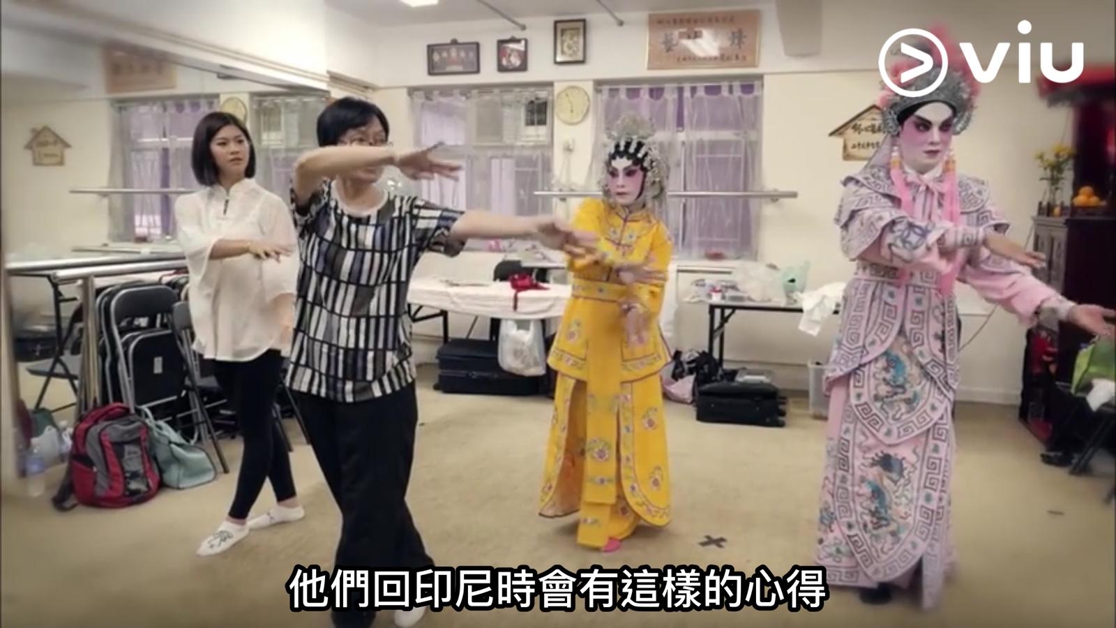 鄧上文帶領印尼女星娜綺拉諾兒體驗正統粵劇。