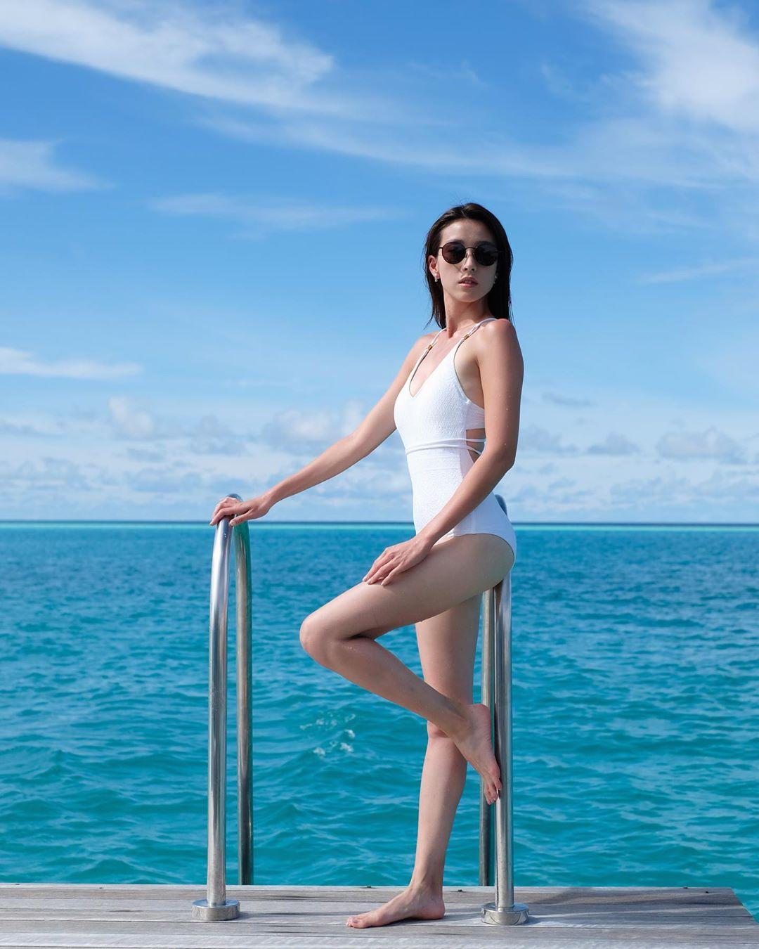 姚子羚今日於社交網貼出的最新泳照,晒腿又晒事業線。